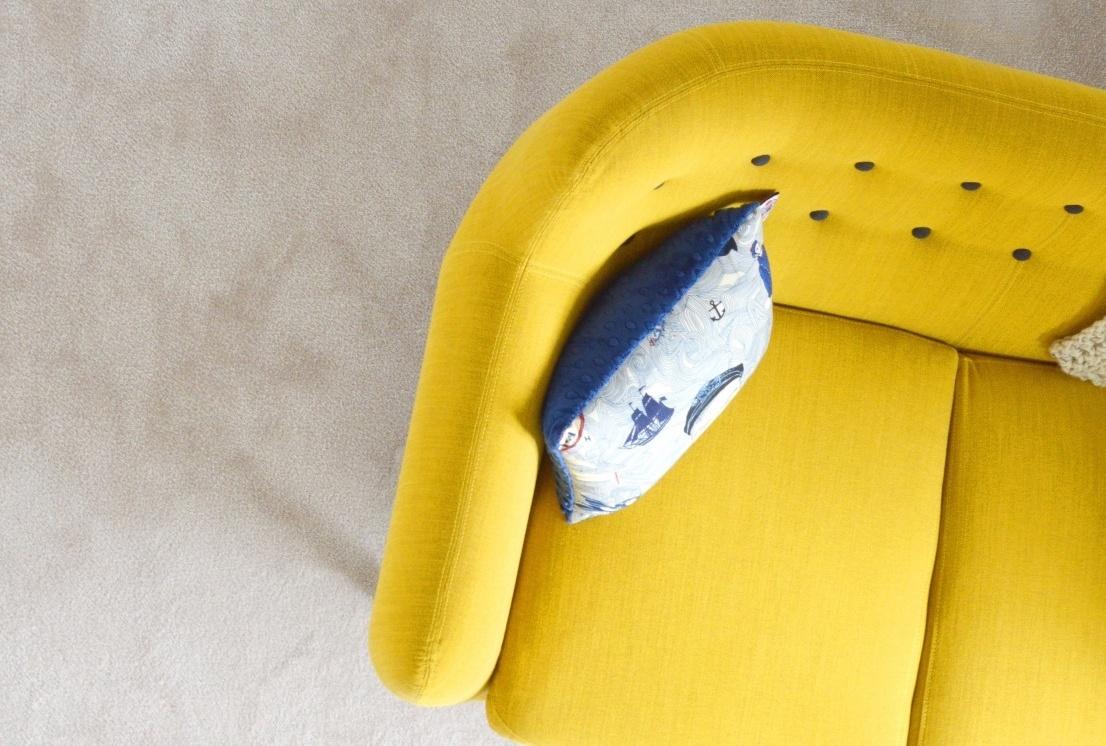 Farbige Möbel sind trend im interior, gelbes sofa