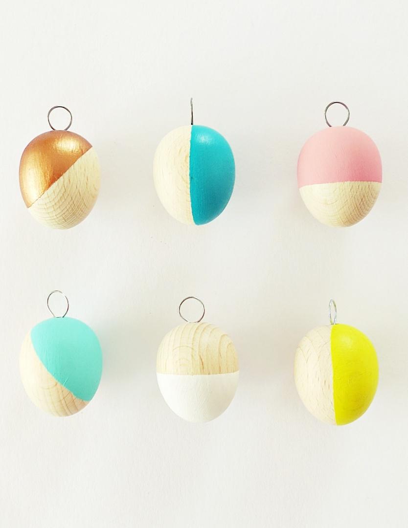 Osterdeko: Ostereier aus Holz mit Pastell-Farben