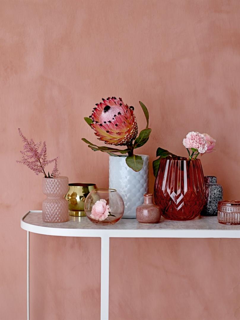 Sommer-Deko-Trend-Farbige Vasen mit Blumen im Scandi-Look
