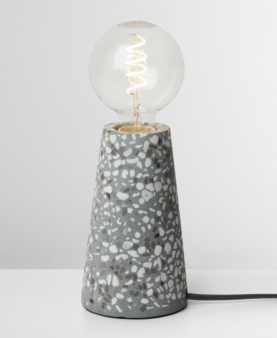 Neben Lampenfüßen aus Beton und Marmor gibt es jetzt auch welche im Terrazzo-Look
